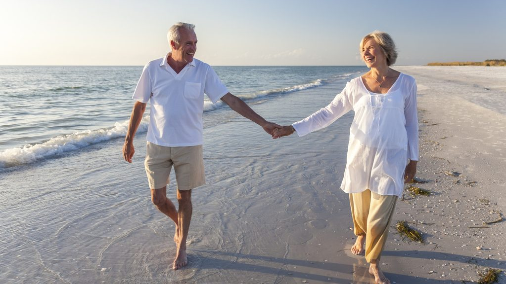 couple senior se balade sur la plage
